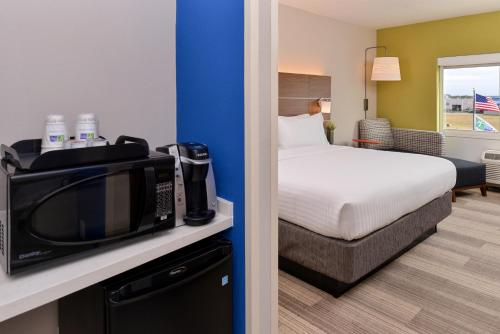 Holiday Inn Express & Suites - St. Petersburg - Seminole Area Photo