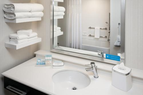 Hampton Inn & Suites by Hilton Seattle/Northgate Photo