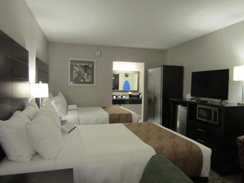 Quality Inn & Suites by the Lake photo 37