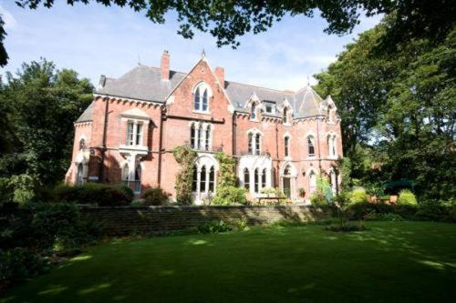 Cliff Lawn Hotel in Leeds, West Yorkshire, North East England