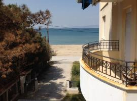 Zukhra Beach Apartment, Agía Triás