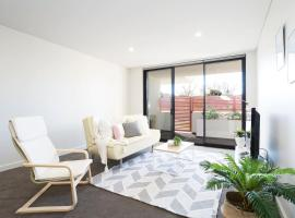 Bright apartment close to the city with parking, Sydney