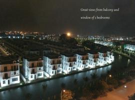 TrangOz' BnB - Balcony Bar Suites view to Venice of Hanoi, Ханой