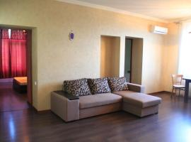 Трехкомнатная квартира в центре города!, Sukhum