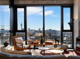 Modern, comfortable, amazing views + carpark, Auckland