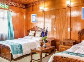 4-BR houseboat on Nigeen Lake, Srinagar, by GuestHouser 27307, Srinagar