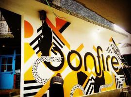 Bonfire Hostels Manali, Manāli