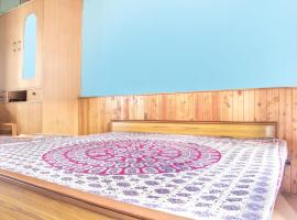 Room in a homestay on Naggar Road, by GuestHouser 2484, Manāli