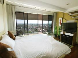 Penthouse 2 bedroom/6 person with Spacious view on Night Bazaar road!, Chiang Mai