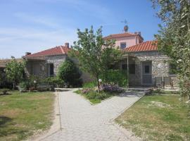 Petra Houses, Потос