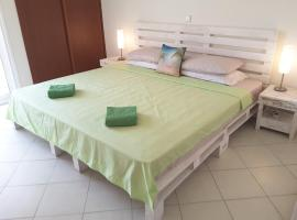 'Pallet Palace' Large Luxury Beachfront Apt WiFi, Mindelo