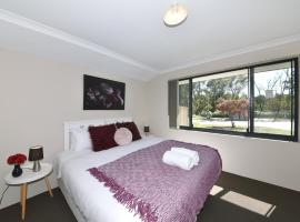 Stay in the heart of Bertram w/Free Parking Sleep 6, Kwinana