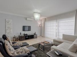 Luxury Apt with Side Seaviews and Pool, Best Location, Sliema