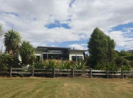Modern Wanaka House on the Park, Ванака