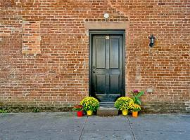 Comfy Carriage House Steps from the River, Savannah