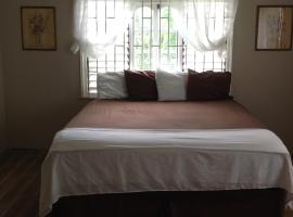 Spacious remodeled room with free Wifi and cable, Blue Hole