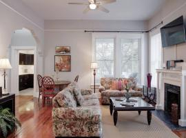 420Waldburg A · Modern Apt with Southern Charm Blocks from Forsyth, Savannah