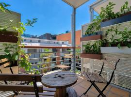 Swanky Central Valley Pad with Pool and Parking, Брисбен