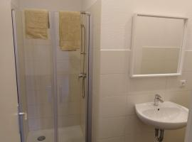 Möbliertes Zimmer mit eigenem Bad