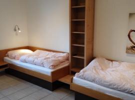 2 Betten, eigenes Bad, eigener Eingang, kleine Küche.