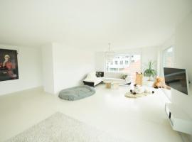 Schlafzimmer in heller, moderner Citywohnung mit super Aussicht