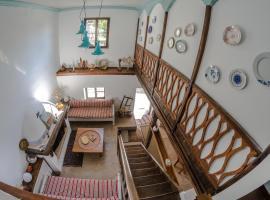 Riga's Pinakoti Lodge, Pinakátai