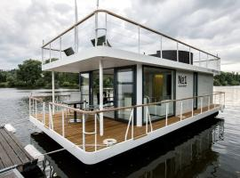 VIPliving Houseboat, Praga