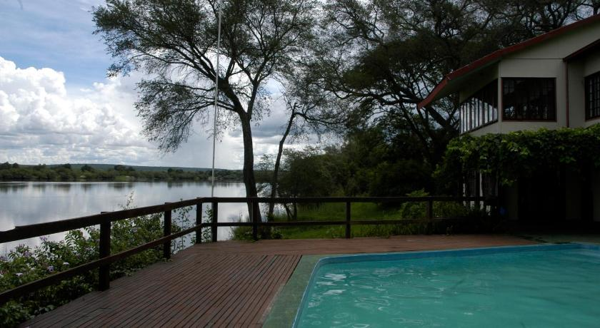 Swimmingpool Kayube River House and Bungalows