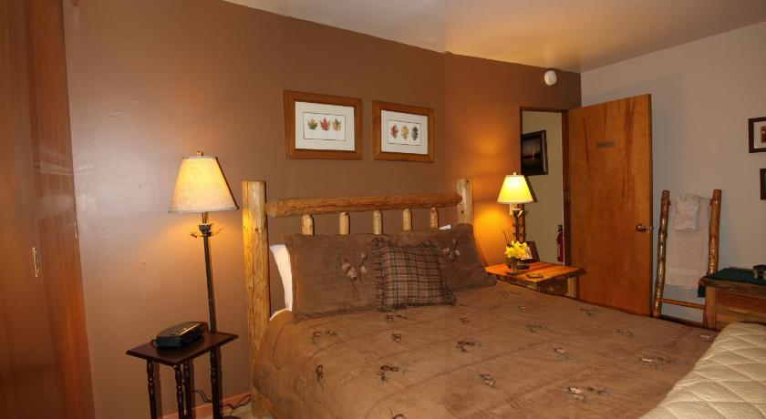 Three-Bedroom Cottage Cabin Suites