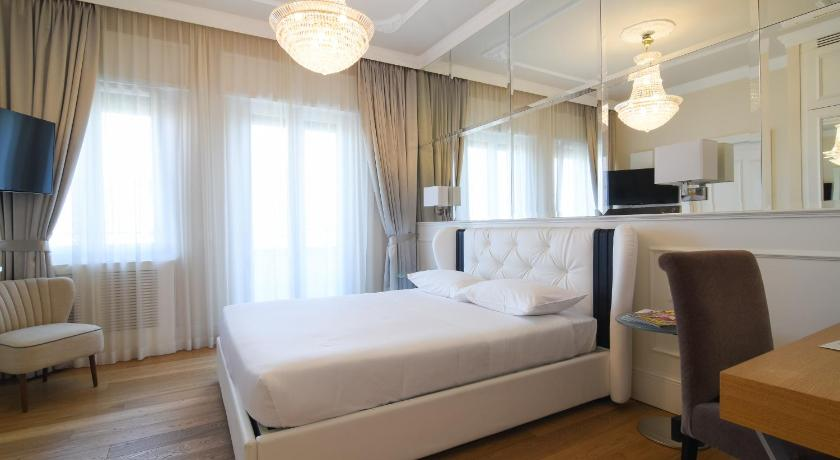 Deluxe Double Room with Balcony and City View - Guestroom Suite Milano Duomo