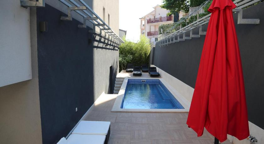 Swimming pool Apartments Bella