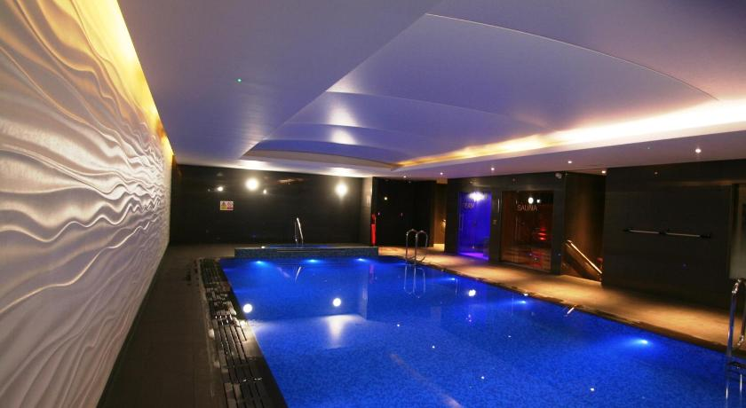 Swimming pool Super Deluxe Apartment Ealing