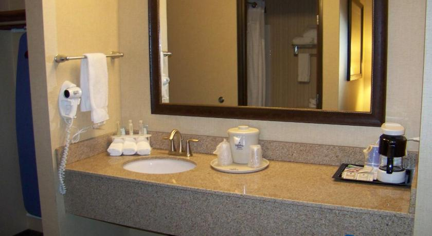 Bathroom Holiday Inn Express Hotel & Suites Portland - Jantzen Beach