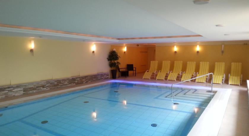 Swimming pool Alpenhof Brixen