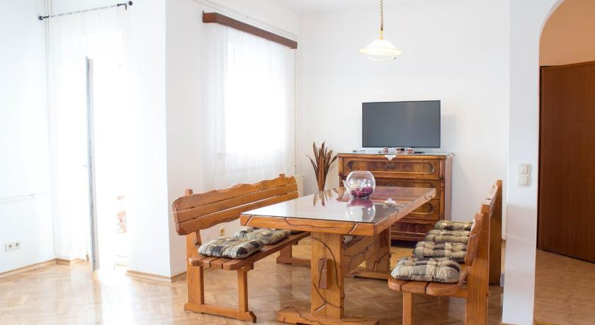 Okrug Gornji Two-Bedroom Apartment 1