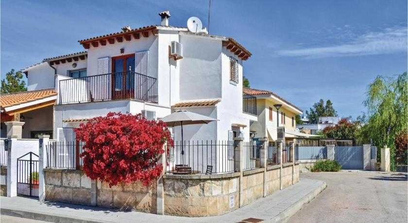 Three-Bedroom Holiday home with a Fireplace in Puerto de Alcudia