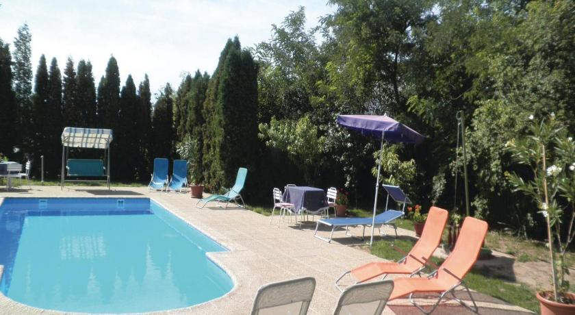 Swimmingpool Holiday home Buc