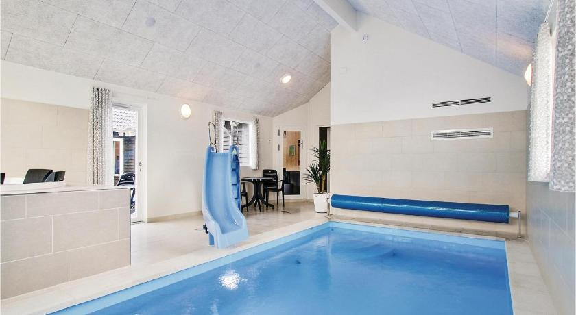 Swimmingpool Eight-Bedroom Holiday home with a Fireplace in Glesborg