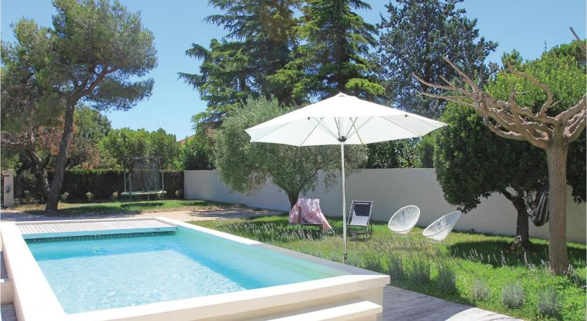 Kolam renang Three-Bedroom Holiday Home in Serignan du Comtat