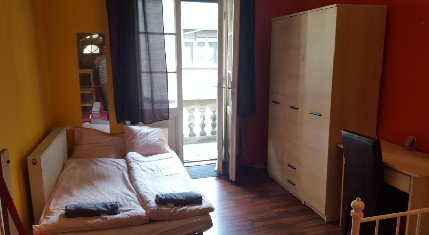 Large Quadruple Room with Shared Bathroom - Guestroom Big Family Apartment and Rooms