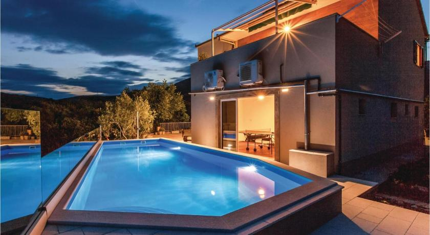 Four-Bedroom Holiday home Kastel Novi with an Outdoor Swimming Pool 02