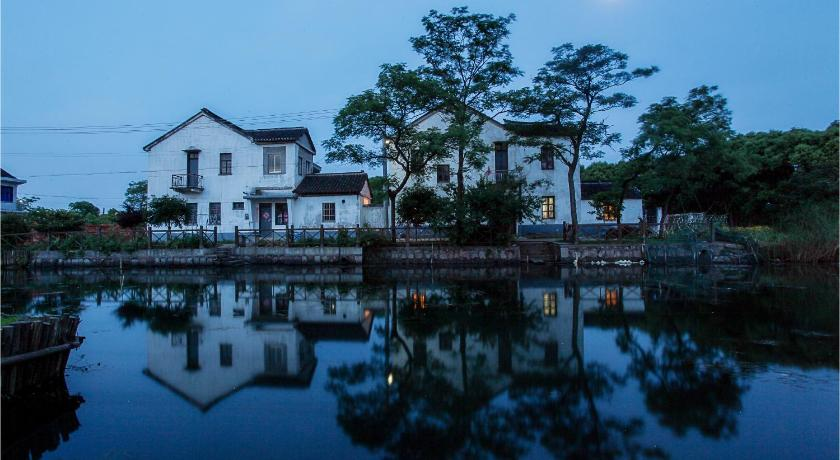 Seven Fun Village Resort in Zhouzhuang