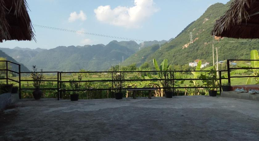 Deluxe Double Room with Balcony - View Quan Hang Homestay