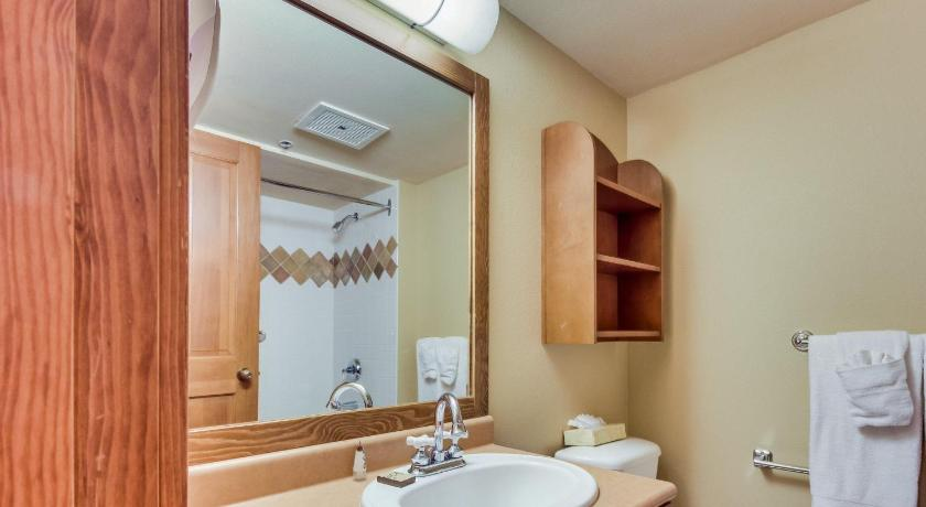 Three-Bedroom Holiday Home - Bathroom Powderhorn Lodge 311: Poppy Suite