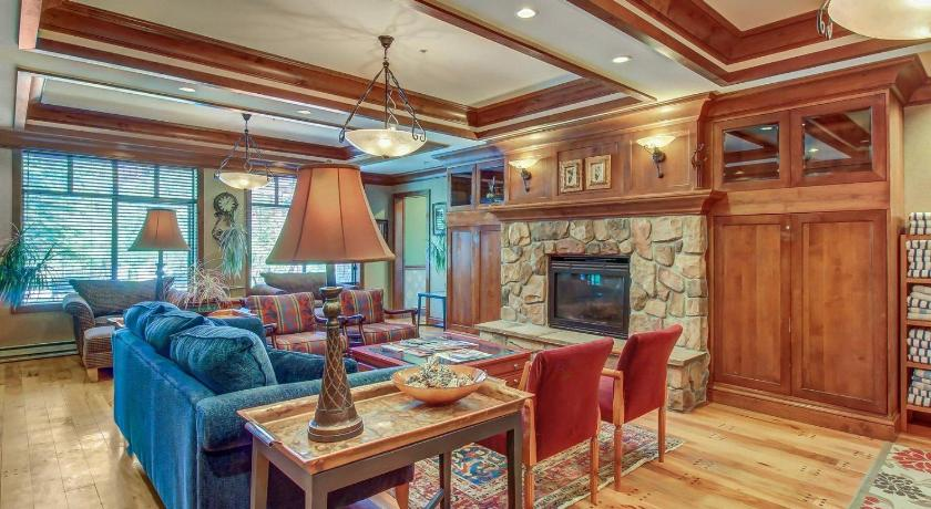 Two-Bedroom Holiday Home - Separate living room Powderhorn Lodge 408: Rustic Mountain Suite