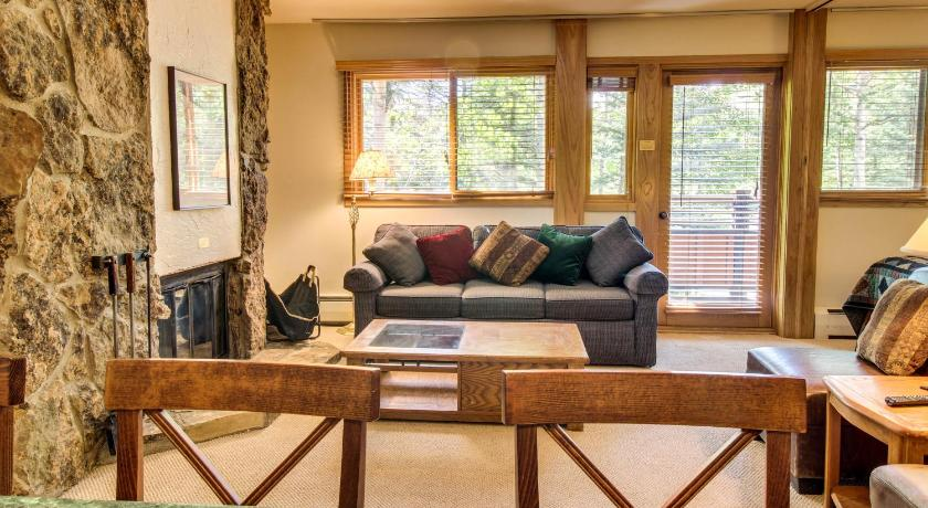 One-Bedroom Holiday Home - Separate living room Cozy Slopeside Condo