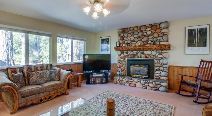 Four-Bedroom Holiday Home - Separate living room Trout Creek Retreat