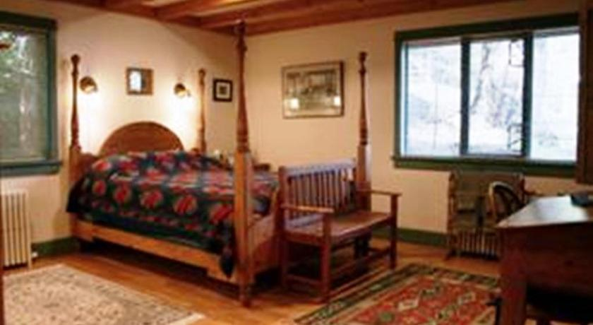 Standard Queen Room The Longhouse Bed & Breakfast