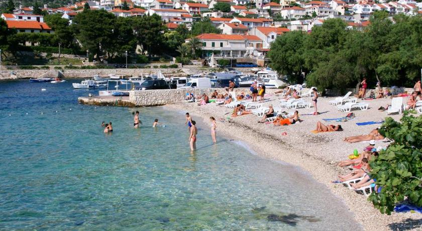 Beach Apartment Hvar 4593a