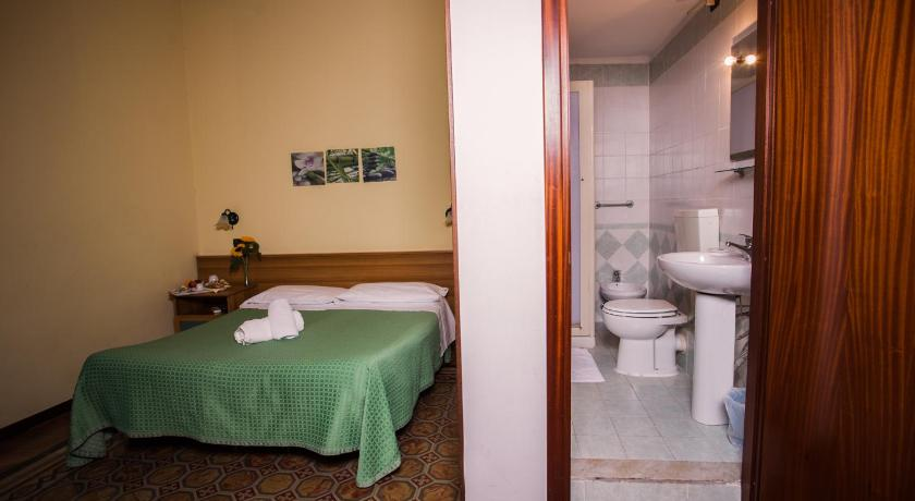 Single Room with Private Bathroom Hotel Italia